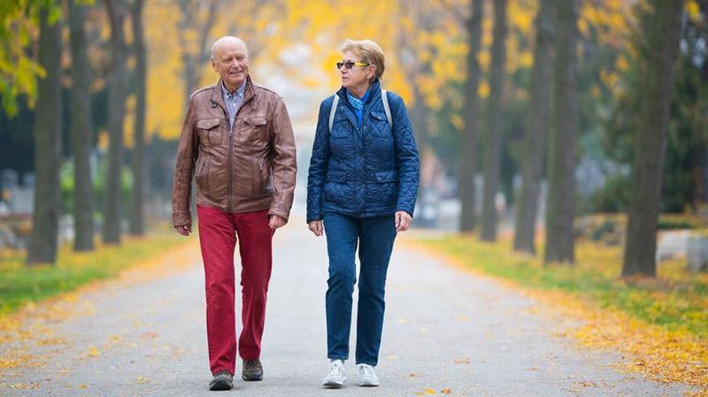 thoái hóa khớp gối có nên đi bộ hay không